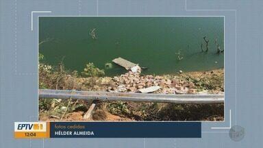 Caminhão com carga contrabandeada cai em rio em Carmo do Rio Claro, MG - Caminhão com carga contrabandeada cai em rio em Carmo do Rio Claro, MG