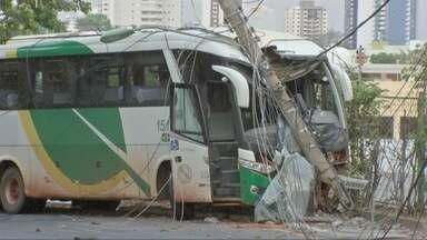 Motorista de ônibus bate em poste e região da rodoviária fica sem energia - Motorista de ônibus bate em poste e região da rodoviária fica sem energia