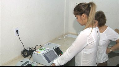 Urnas começam a ser preparadas na Paraíba - As urnas receberam dados e fotos dos 621 candidatos.