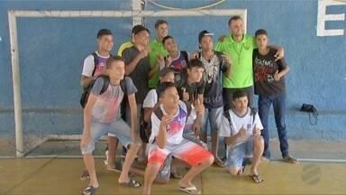 Jogadores do Cuiabá visitam escola antes de final da Série C do Brasileiro - Jogadores do Cuiabá visitam escola antes de final da Série C do Brasileiro