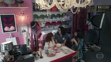 Pérola e Beth incentivam Michael a conversar com Santiago - Michael fica sem graça com a insistência delas em perguntar diretamente se Santiago é gay