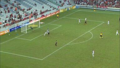 Marcelo Cirino cabeceia, mas manda por cima do gol no Atlético-PR - Marcelo Cirino cabeceia, mas manda por cima do gol no Atlético-PR