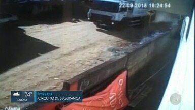 Câmeras de segurança flagram caminhão de lixo desgovernado em Pedreira - Dois funcionários ficaram feridos.