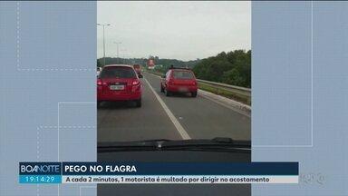 A cada dois minutos, um motorista é multado por dirigir no acostamento - Balanço é resultado de uma operação da Polícia Rodoviária Federal nesta segunda-feira (24) na BR-116.