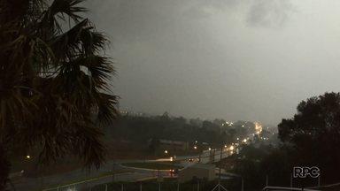 Temporal atinge Guarapuava no fim da tarde desta segunda-feira (24) - Parte da cidade ficou sem luz durante o temporal.