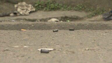 Criança é baleada após troca de tiros em comunidade de São Vicente - Ação aconteceu no fim da manhã desta segunda-feira (24), na comunidade Dique do Piçarro. Estado de saúde da criança é estável.