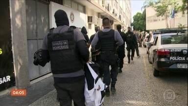 Presos 12 acusados de ligações com as milícias no RJ - Nesta segunda (24), durante uma operação policial, 12 pessoas foram presas acusadas de ligação com as milicias.