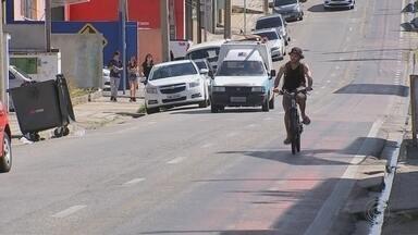 Ciclofaixa desativada 'confunde' moradores e causa preocupação em Sorocaba - Uma ciclofaixa desativada está causando preocupação em Sorocaba (SP). A tinta que cobriu a pista destinada aos ciclistas se desgastou e agora dá a impressão de que a ciclofaixa está lá de novo.