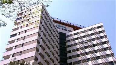 Ciro Gomes passa noite internado em hospital em SP - O candidato à presidência pelo PDT, Ciro Gomes, deve ter alta ainda nesta quarta-feira (26) do Hospital Sírio Libanês, em São Paulo. Ele passou mal depois de cumprir agenda de campanha, na terça, no Rio de Janeiro.