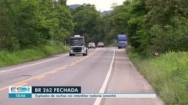 Explosão de rochas para duplicação vai interditar a BR-262 nesta quinta-feira (27) - O trecho fechado vai do km 49 ao km 56, da entrada do zoológico de Marechal Floriano até perto do trevo de Paraju. A interdição total deve durar 40 minutos para detonação de rochas.