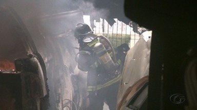 Incêndio destrói parte de ferro velho no bairro do Poço, em Maceió - Proprietário diz que incêndio começou às 10h.