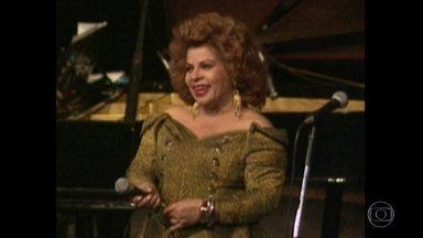 Getúlio achava a voz de Ângela Maria doce e a apelidou de Sapoti - Ela tinha 20 anos quando se tornou crooner. O primeiro disco veio em 1951 e em pouco tempo já era a Rainha do Rádio.