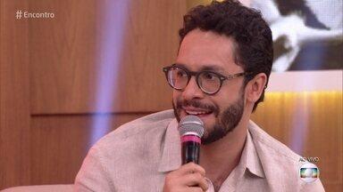 Rainer Cadete comenta sobre a peça em que atua: 'O Louco e a Camisa' - Ator fala sobre o espetáculo com Rosi Campos no elenco