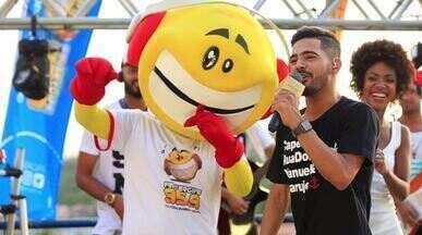 Luanzinho Moares canta sua nova música, 'Vizinho', e se diverte com Zé Bocão - O cantor fez a festa ao lado do mascote da FM Sergipe.