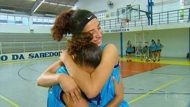 Adolescentes se unem por sonho: se tornarem jogadoras de basquete - Por solidariedade, Bárbara foi convidada a morar na casa de Raíssa. E viraram irmãs