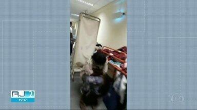 Pacientes estão internados em macas no corredor por falta de leitos no Hospital do Andaraí - Funcionários denunciam também a falta de remédios e insumos