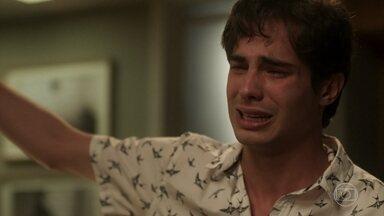 Valentim termina com Rosa - A moça chora e implora o perdão do ex-namorado. Em seguida, ela liga para Laureta e conta que Valentim já sabe que não é pai do filho que ela está esperando