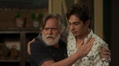 Valentim conta para família que não é pai do filho de Rosa - O rapaz chega agitado na casa dos Falcão e preocupa Naná e Dodô