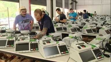 """Votação foi tranquila em boa parte do Brasil - Nas sessões eleitorais, mais de 2 milhões de mesários estavam em atividade neste domingo. """"Nunca vi nada igual em nenhum lugar do mundo"""", disse o presidente do TSE, Dias Toffoli."""