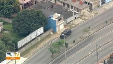 Tiroteio em comunidade na Zona Oeste do Rio afeta serviço de transporte público - A comunidade do Rola amanheceu com intenso tiroteio entre milicianos e traficantes. O clima é de pânico e terror para milhares de pessoas que residem na região.