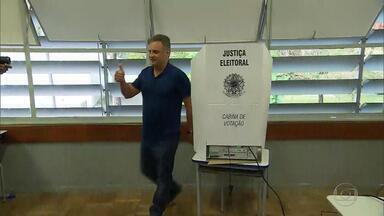 Senador Aécio Neves consegue vaga de deputado federal por Minas Gerais - Ao votar em Belo Horizonte, ele foi hostilizado por manifestantes.