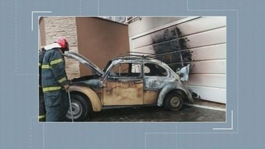 Carro pega fogo e bate em portão de casa em Poços de Caldas (MG) - Carro pega fogo e bate em portão de casa em Poços de Caldas (MG)