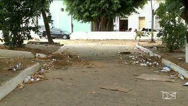 Frequentadores de praça em São Luís reclamam da falta de infraestrutura - Frequentadores da Praça da Misericórdia reclamam dos bancos quebrados, mato e lixo espalhado pelo local.
