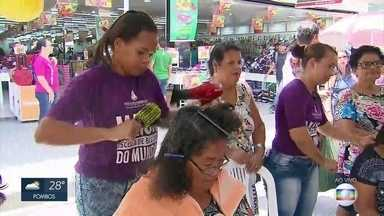 Dia de luta contra a violência à mulher é marcado por atendimentos em Paulista - Corte de cabelo para homens e mulheres é um dos serviços oferecidos.