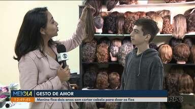 Sobrinho fica dois anos sem cortar o cabelo para dar força a tia com Câncer - Enzo prometeu ficar sem cortar o cabelo até que a tia se curasse de um câncer. Depois de dois anos a comemoração. E o cabelo dele foi doado para virar peruca.