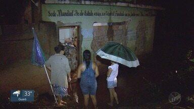 Chuva forte alaga casa e criança de 6 anos fica presa em Ribeirão Preto, SP - Equipe de resgate teve que fazer um buraco na parede do imóvel no Jardim Itaú para escoar a água.