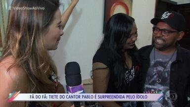 Fã do cantor Pablo é surpreendida pelo ídolo - Bia já é bem conhecida do cantor, mas levou um baita susto ao vê-lo chegando de surpresa em sua casa
