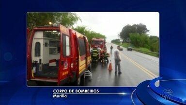 Bombeiros resgatam motorista presa às ferragens após colisão em Marília - Acidente entre dois carros foi na Rodovia Comandante João Ribeiro de Barros entre a cidade e Oriente. Vítima teve ferimentos leves.