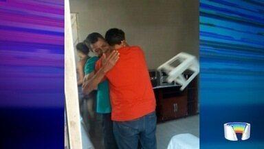 Aos 36 anos, motoboy de Jacareí conhece pai em encontro no ES - Eles se viram pela primeira vez nesta quarta-feira (10).