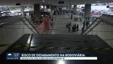 Risco de desabamento faz defesa civil interditar parte da Rodoviária - Segundo a Novacap, técnicos de uma empresa de telefonia romperam dez cabos de sustentação entre o teto e o forro da rodoviária.