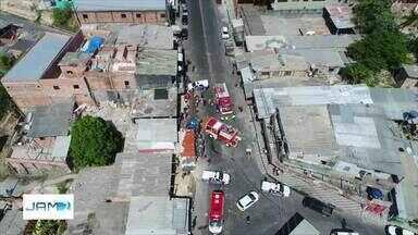 Dois ficam feridos após caminhão tombar, destruir carro e atingir comércio, em Manaus - Acidente ocorreu na Pista da Raquete, bairro Nova Vitória, Zona Leste da cidade.