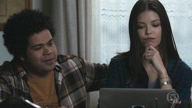 Alain mostra a Cris alguns testes para o papel do Danilo - Ela assiste e não aprova o ator. Para ela o Danilo se parece com Alain