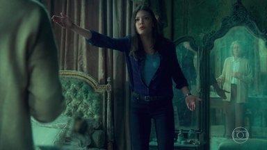 Cris repara que o vestido também está fora do lugar que ela deixou - Margot está certa de que quem faz essas mudanças é a tal senhora
