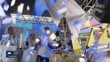 Dia de Nossa Senhora Aparecida e aniversário do Cristo são celebrados, no Rio - Fiéis prestaram várias homenagens à padroeira do Brasil. Aniversário do Cristo teve direito a bolo e parabéns.