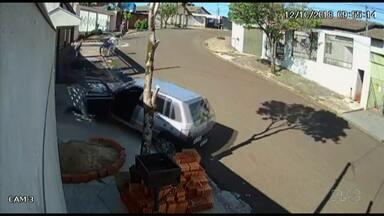 Carro de ladrões desce a rua desgovernado - Eles largaram o carro no meio da rua para assaltar uma casa