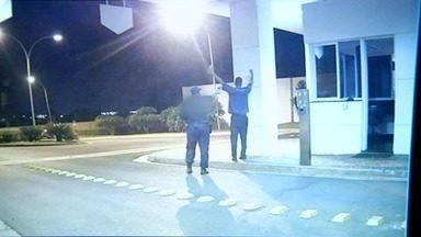 Vídeo mostra porteiro sendo morto a tiros após discussão por causa de bola de papel, em GO - Polícia Civil segue em busca do vigilante, principal suspeito do crime. Defesa do guarda disse à corporação que ele pretendia se entregar.