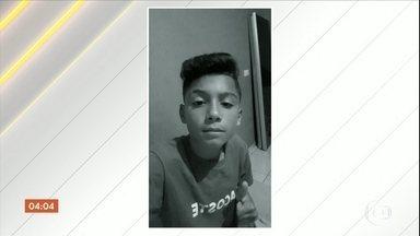 Polícia de Santo André procura homem acusado de matar enteado e tentar matar o filho - O homem, que está foragido, é acusado de matar o enteado de 13 anos e de tentar matar o filho de três anos. O crime aconteceu no fim da tarde dessa segunda-feira (15).