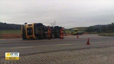 Carreta carregada de papelão tomba e interdita BR-101 em Viana, ES - Acidente aconteceu na madrugada desta terça-feira (16). Segundo testemunhas, motorista tentava fazer manobra.
