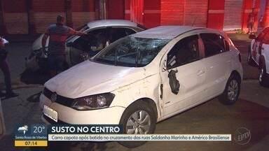 Carro capota após colisão em cruzamento no Centro de Ribeirão Preto, SP - Acidente aconteceu entre as ruas Saldanha Marinho e Américo Brasiliense.