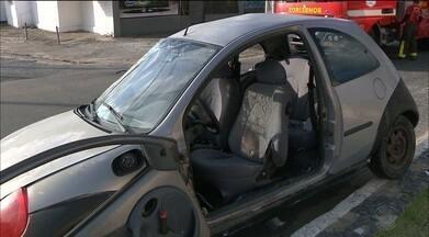 Suspeito de provocar acidente de trânsito e matar dois jovens é levado para presídio - Homem teria ultrapassado o sinal vermelho com o carro, quando aconteceu a colisão com a moto.