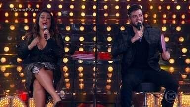 """Preta Gil e Rodrigo Godoy """"abrem a relação"""" no Amor & Sexo - Casal participa de uma divertida dinâmica sobre o relacionamento no palco do programa"""