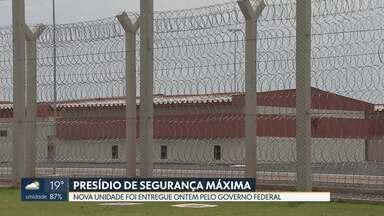Penitenciária de segurança máxima é inaugurada em Brasília - Ela terá 208 vagas e é a quinta unidade de segurança máxima do sistema penitenciário federal. Segundo o Ministério da Segurança Pública, foram investidos cerca de R$ 40 milhões na obra e cerca de R$ 5 milhões em equipamentos.