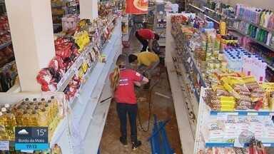 Moradores e comerciantes fazem limpeza após alagamento em Soledade de Minas (MG) - Moradores e comerciantes fazem limpeza após alagamento em Soledade de Minas (MG)