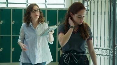 Gabriela pede para ter uma conversa com Fabiana - A professora vê Hugo, Leandro e Bárbara implicando com a menina e decide tomar uma atitude