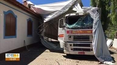 Criminoso rouba carreta e bate após perseguição da polícia - O roubo aconteceu em Cachoeiro de Itapemirim.