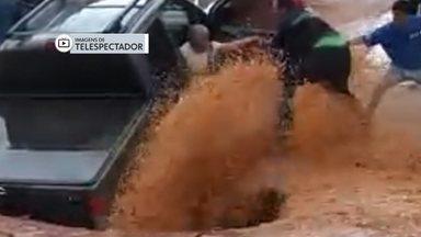 Governo investiga origem de obra irregular que causou cratera em Vicente Pires - Segundo a secretaria de infraestrutura, a cratera que se formou na terça (23) durante uma chuva forte foi provocada pela sobrecarga de uma rede irregular de captação de água pluvial.